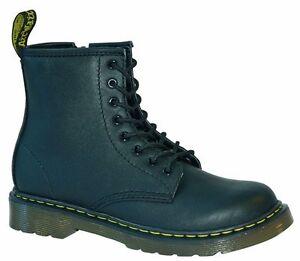 90c1378944f Dr Martens chaussures pour enfants 8 trous DELANEY noir avec ...