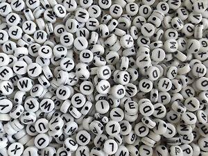 100-perles-ALPHABET-rond-plat-acrylique-NOIR-ET-BLANC-7mm-de-diametre