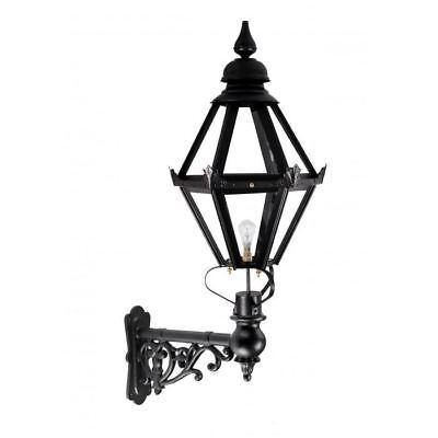 Una Lanterna Nera Craven Su Un Supporto Capella – Grande- Ineguale Nelle Prestazioni