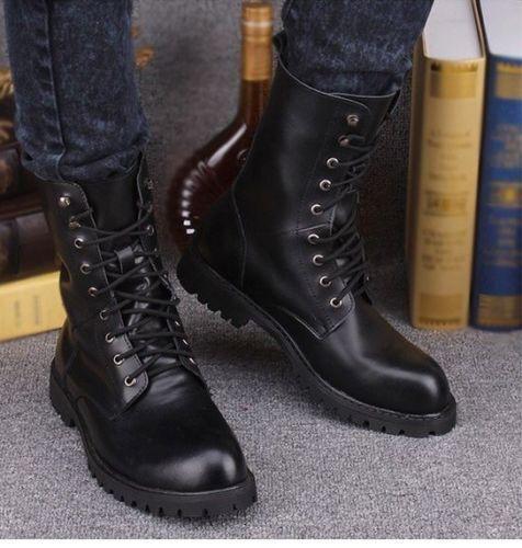 les hommes des chaussures en cuir noir de style militaire originale de noir la cheville contre des bottes hautes 8c8d8d