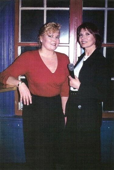 röd Silk tröja Swedish TV Intervview Bond Girl Maud Adams @operaonleende