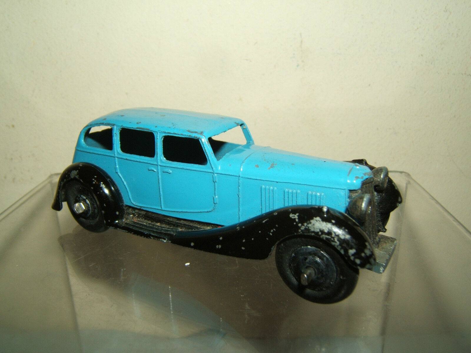 VINTAGE DINKY TOYS MODEL No.36a ARMSTRONG SIDDELEY  SALOON ( light bluee Version