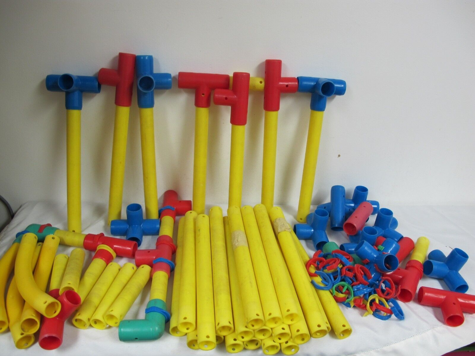 LARGE PLASTIC BUILDING TOYS 13   RODS CLIPS T BARS