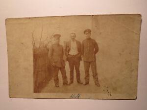 2-Soldaten-in-Uniform-und-Mann-Herr-Wolf-Foto