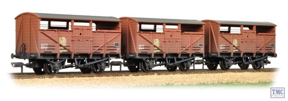 37-716 Bachmann OO Gauge Triple Pk 8 T Cattle Wagon BR Bauxite Weathered