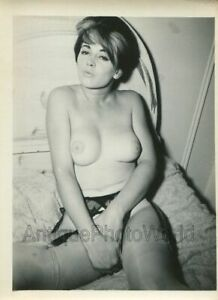 Sultry-nude-woman-posing-on-bed-vintage-pin-up-photo