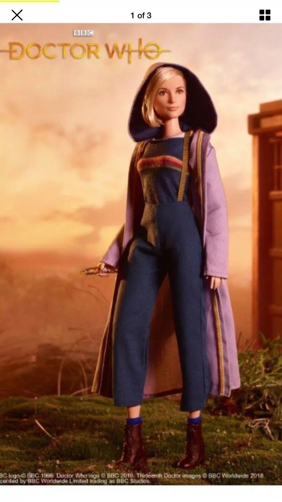 Doctor Who Barbie en mano Jodi Whittaker celebrar nuevo 13th Barbie