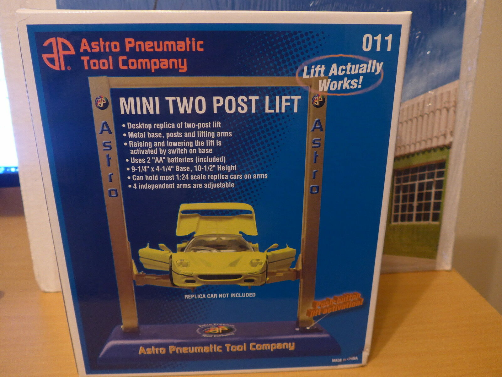 Mini two post lift for 1 24 scale diecast models new in box