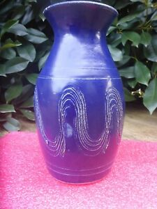 BEAUTIFUL-BLUE-AUSTRALIAN-BENDIGO-POTTERY-VASE-23CM-tall