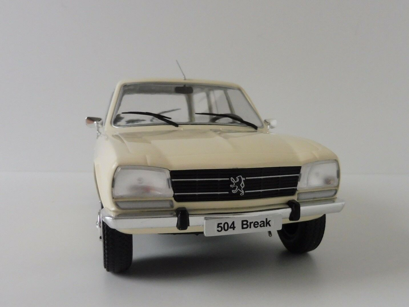PEUGEOT 504 Break 1976 1 18 MODELCAR group mcg18035 STATION WAGON Cream