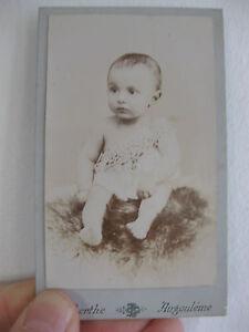Photographie-ancienne-bebe-montee-sur-carton-Photographe-G-BERTHE-a-Angouleme