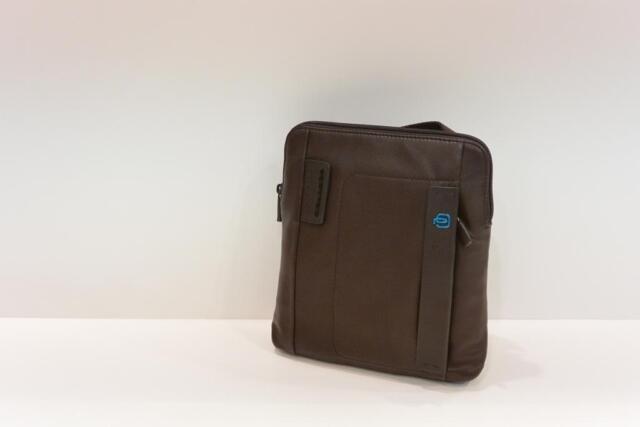 c8c3ee0b5e26b Piquadro Borsello Uomo in Pelle con Tracolla Porta iPad Linea Pulse  Ca1358p15 Cioccolato