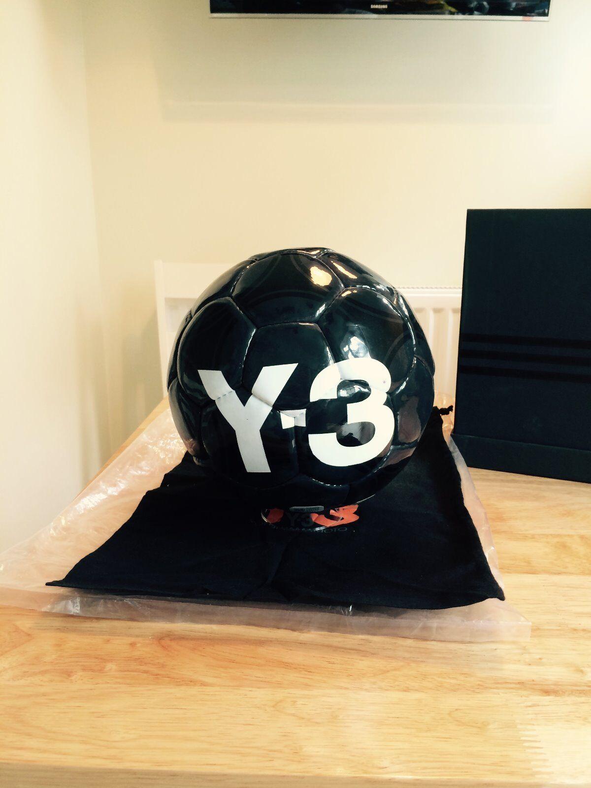 Y-3 Yohji Yamamoto Nero Taglia 5 Calcio con scatola di presentazione e stand