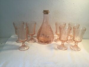 Vintage-Pink-Depression-Glass-Decanter-w-Grape-Design-amp-7-Glasses-Made-In-Italy