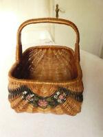 Ancien panier en osier à decor de guirlande de roses. Antique wicker basket
