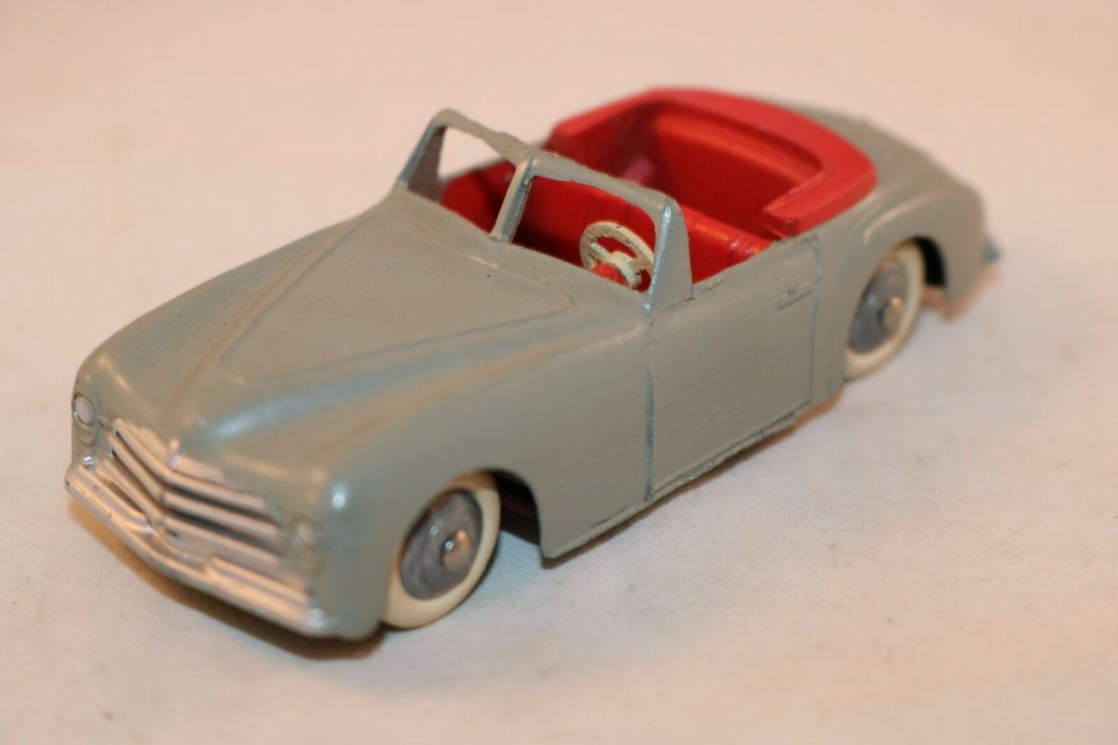 Dinky Toys 24S 24 S Simca 8 Sport in grigio with rosso seats 99,9% mint condition