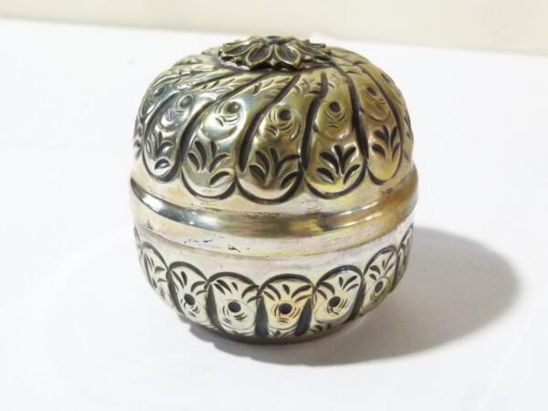 Antico Contrassegnato Come 800 Argento Scatola Sferica Repousse Palla Insolito Fiori. Materiali Accuratamente Selezionati