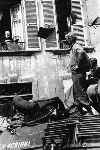 WW2 Équipage de blindé US accueilli par la population normande en juin 1944