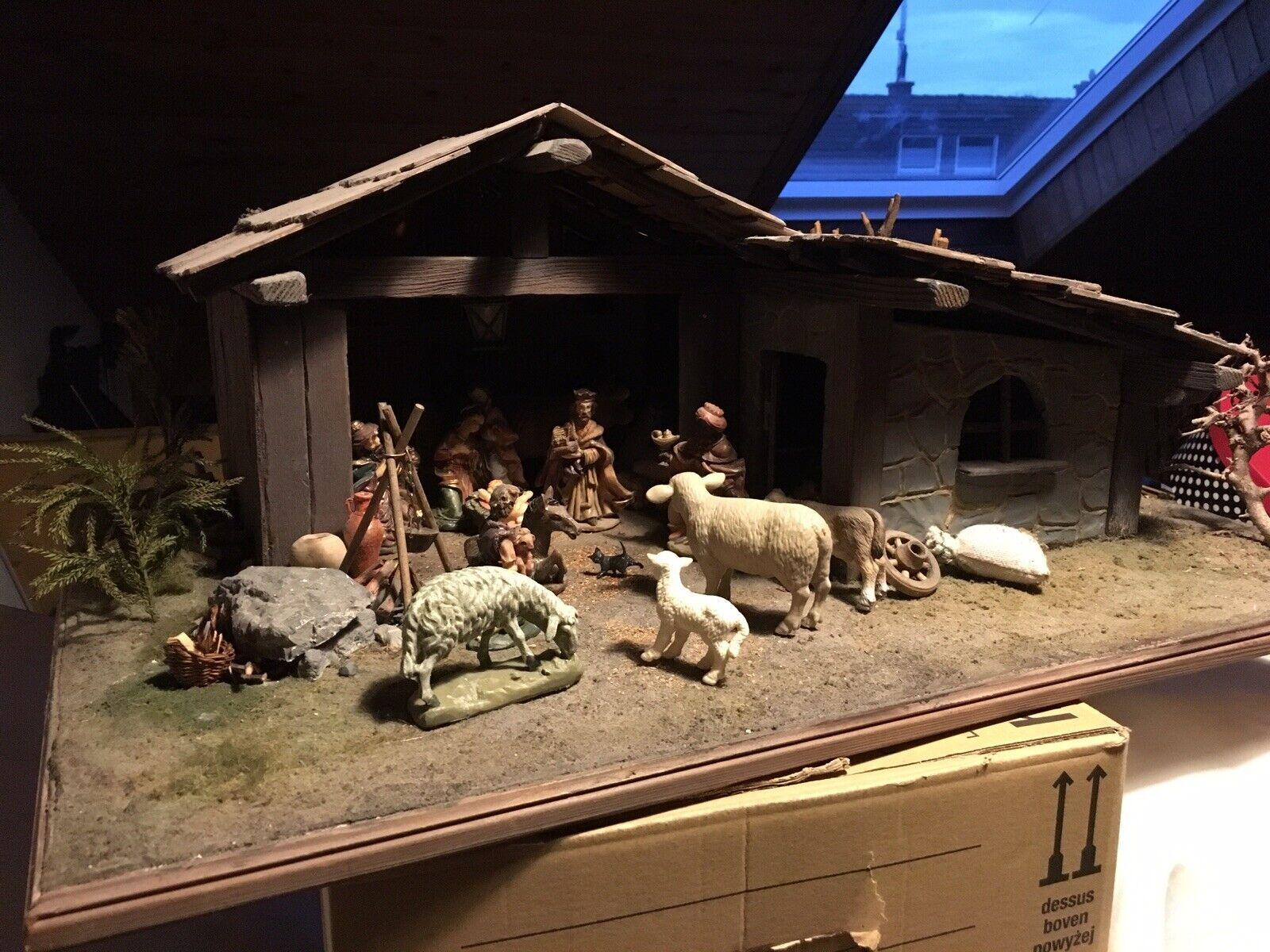 Weihnachtskrippe Handarbeit  mit Figuren -viel Zubehör und Beleuchtung