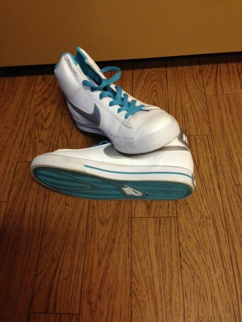 White Nike hitops with aqua accent size 7