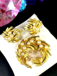 1960-039-S-CROWN-TRIFARI-GOLD-TONE-FAUX-PEARL-FLORAL-LEAF-CURLED-BROOCH-EARRINGS-SET