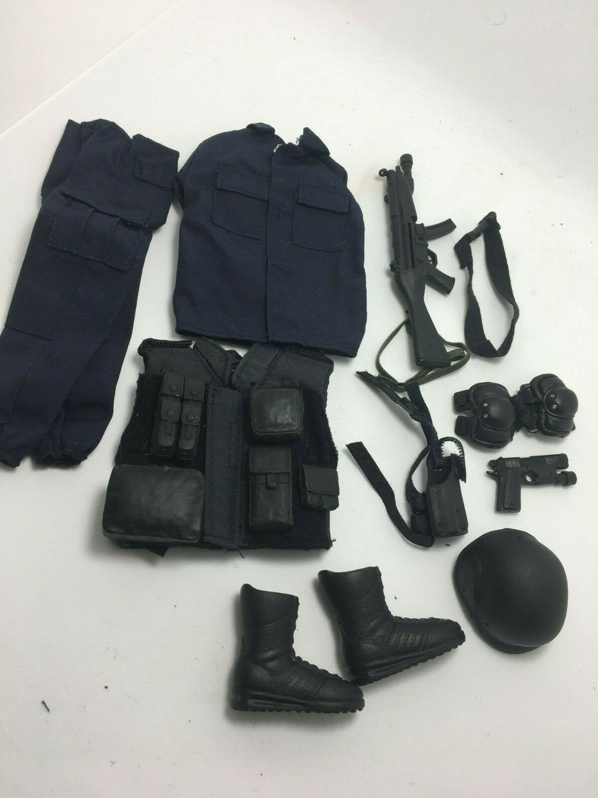 1 6    SCALE- SWAT OUTFIT AND ACCESSORY SET,....REALLY NICE,,,LOOK 630ad9