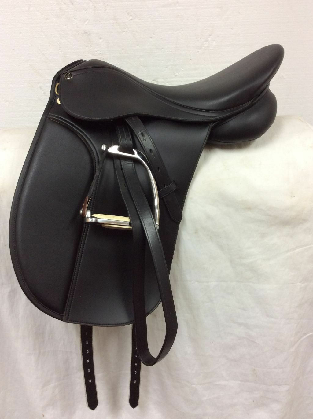 HDR Synthetic English Dressage Saddle 17.5  Used  Wide Tree  discount store