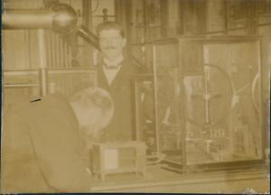 Deux-scientifiques-dans-un-laboratoire-ca-1900-vintage-citrate-print-Vintage-ci