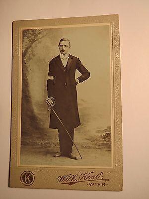 Treu Wien - 1903 - Student ? Junger Mann Mit Säbel & Armbinde - Kulisse / Cdv QualitäT Zuerst