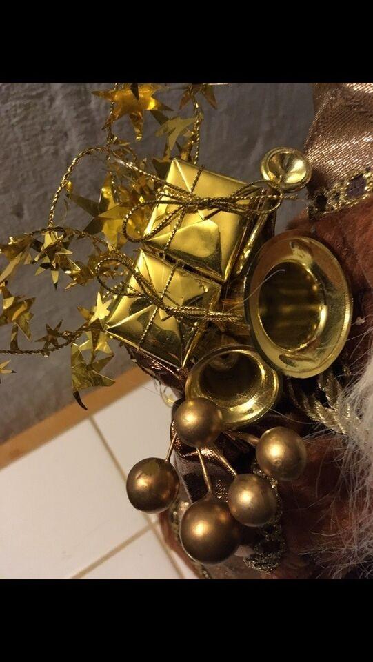 Sød stofnisse med brun kåbe, klokker og gavesæk