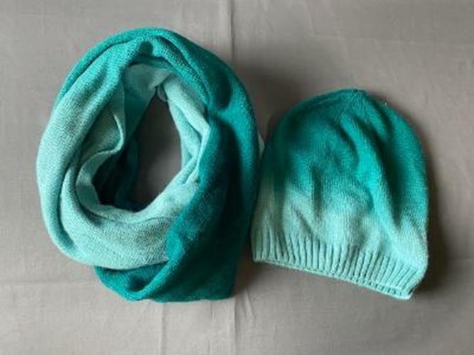 Old Navy Woman's Blue and Green Ombre Beanie Hat and Infinity Scarf jl