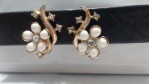 Vintage-White-Daisy-Rhinestone-Goldone-Climber-Clip-Earrings