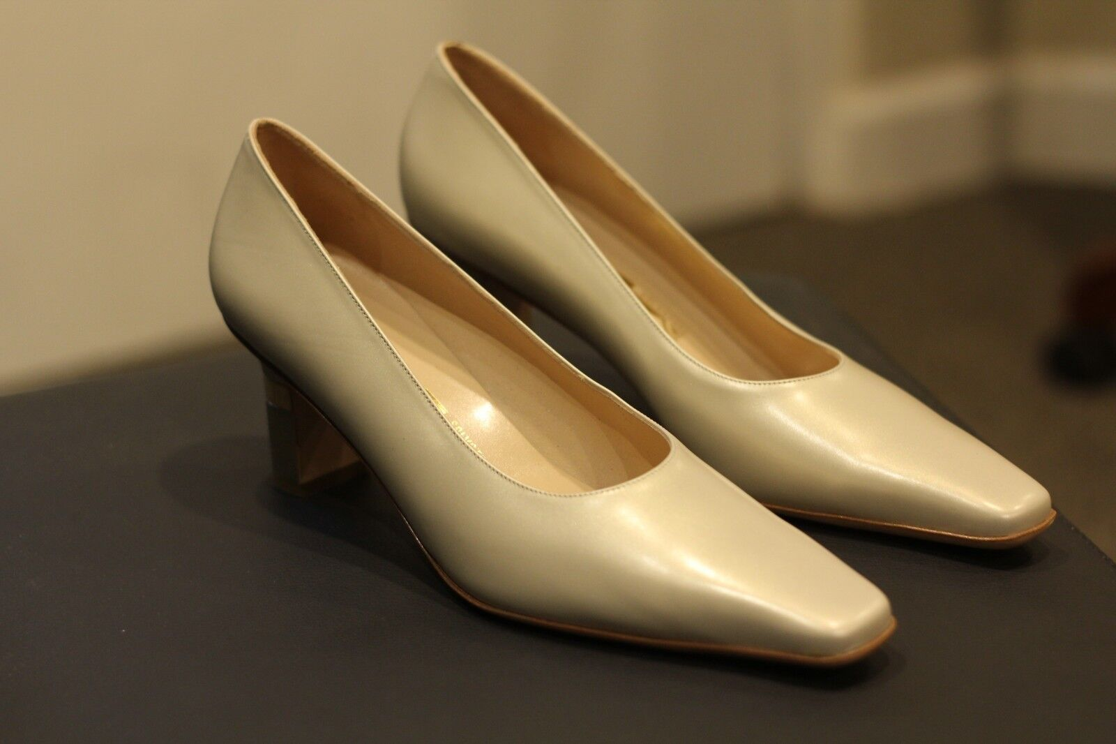 Salvatore Ferragamo Retro Bone Pearl Weiß Pumps Heels Roman New Rare Größe 9 AA