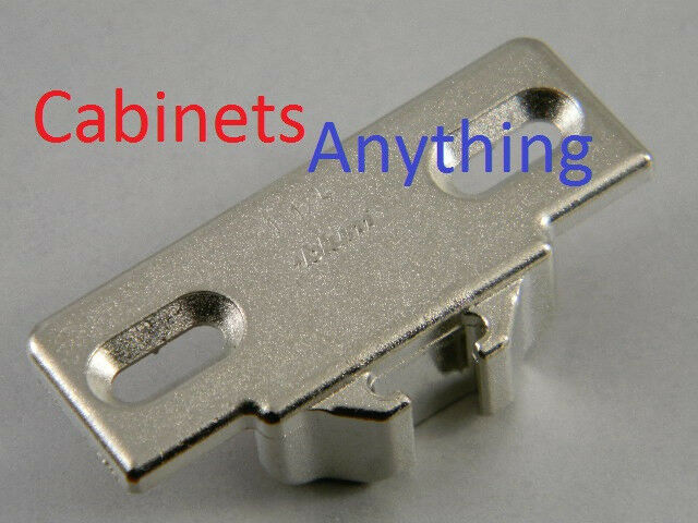 (50) BlauM 1 1 4   OVERLAY MOUNTING PLATE 130.1130.02 (FOR COMPACT 33 110° HINGE)