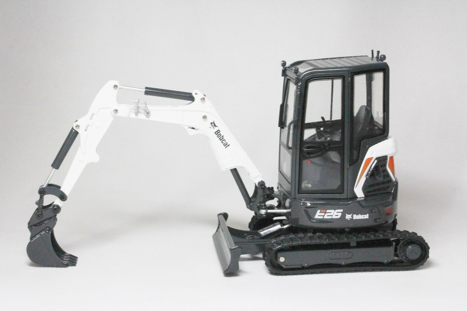 1 25 BOBCAT EQUIPMENT Model E26 Compact Excavator DIECAST Universal Universal Universal Hobbies 8132 e648f5