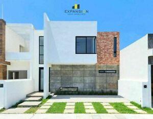 Casa en venta de 4 habitaciones con alberca en Lomas de la Rioja