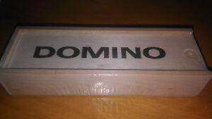 Juego-de-domino-pequeno-clasico-con-fichas-de-resina-y-caja-de-madera-domino