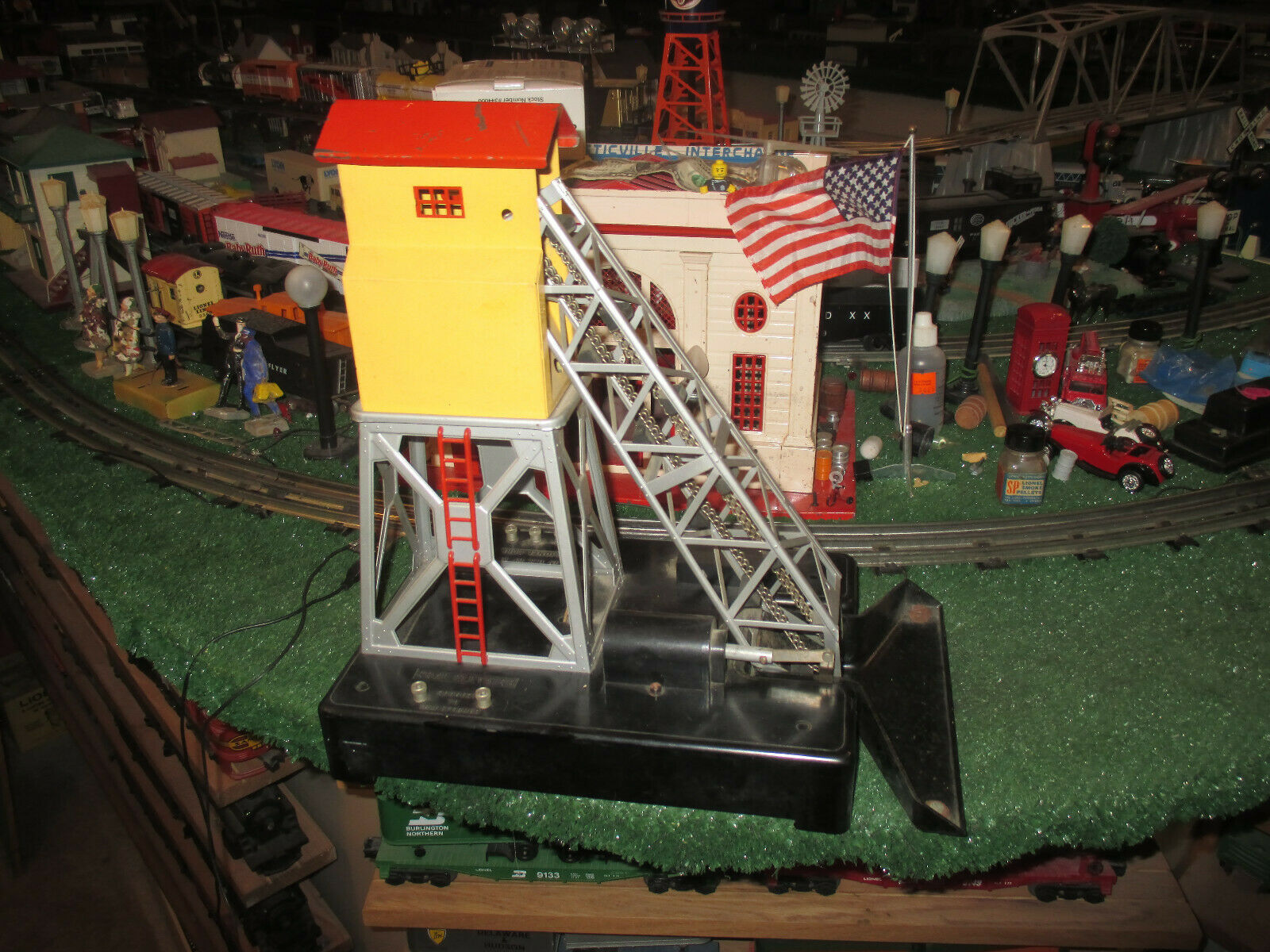 LIONEL POST WAR  97  COAL ELEVATOR EXC ORIG COND. WORKS WELL  1946-50