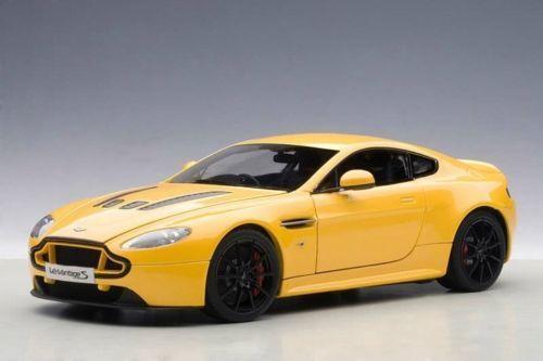 1 18 bilkonst 2015 Aston Mkonstin V12 Vantage S i gul Tang