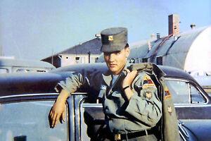 ELVIS-PRESLEY-AS-US-ARMY-SOLDIER-BARRACKS-FRIEDBERG-GERMANY-1958-PHOTO-CANDID-AA