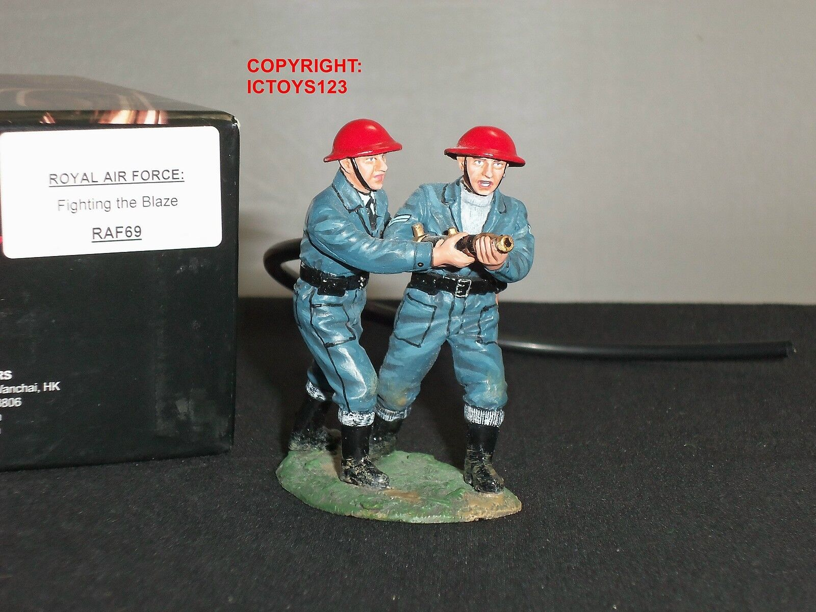 KING AND COUNTRY RAF69 ROYAL AIR FORCE FIREMEN WITH HOSE METAL TOY SOLDIER SET