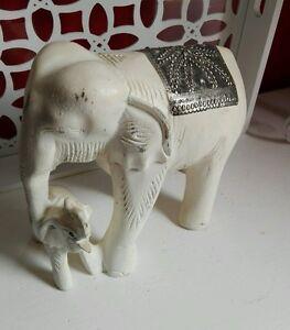 Grand-Elephant-avec-son-bebe-en-bois-peint-en-blanc