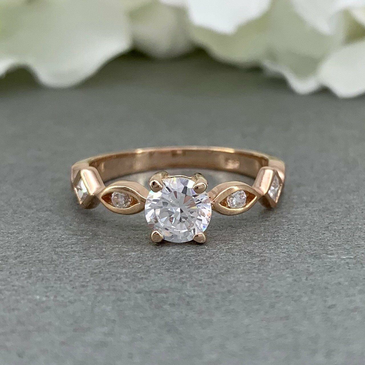 Hard-Working Diamond Three Stone Ring Vs1 Round Cut 0.81 Carat 18 Karat Yellow Gold Estate Vivid And Great In Style Diamond