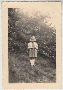 F22531-Orig-Foto-kleines-Maedchen-im-Freien-1952