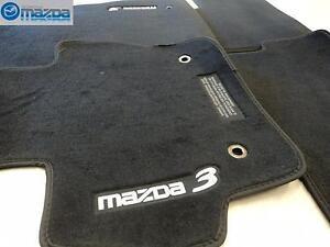 Mazda-3-2010-2013-Nuevo-OEM-Negro-Suelo-Alfombrillas-Juego-de-Cuatro-Gris-Letras