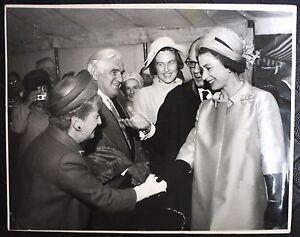 QUEEN ELIZABETH II 1968 ORIGINAL VINTAGE REAL BIG PHOTO, RARE