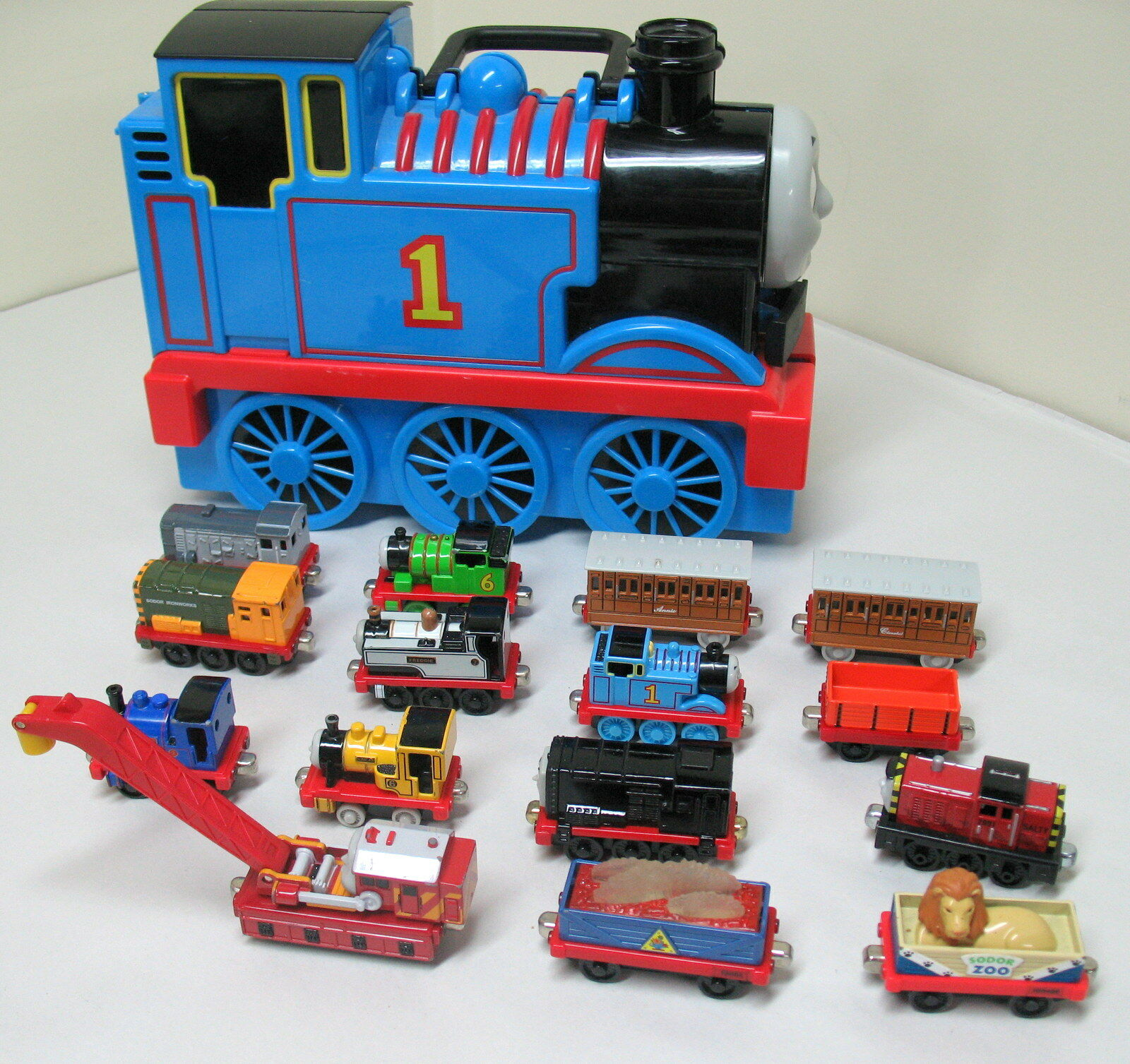 Take Along Thomas, THOMAS STORAGE/CARRYING CASE + 15 THOMAS ITEMS, EUC