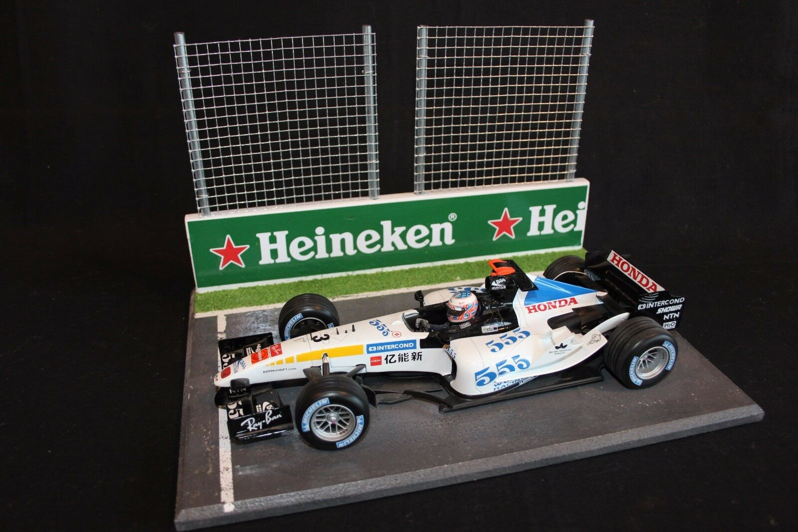 QSP Diorama 1 18 Starting grid with wall and 2 high fences (Heineken)