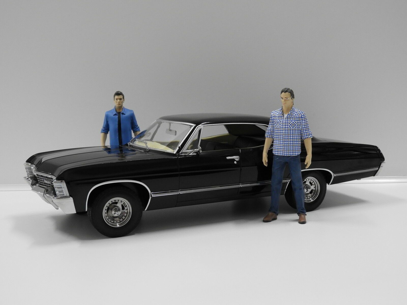 1:18 1967 Chevrolet Impala Sport Sedan  Supernatural  with Sam & Dean Figures Gr