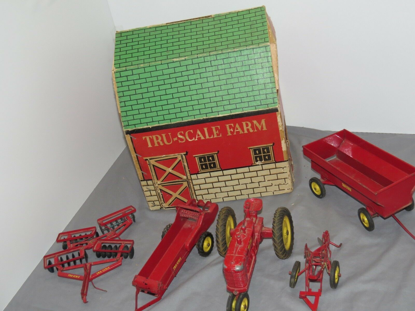 Vintage TRU Scale M tracteur grange Set avec BOITE très rare ensemble charrue épandeur Disc